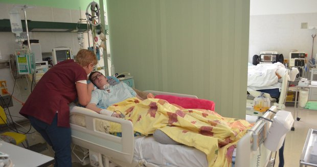 Veronika Tlustá z Jihlavy (33) porodila v kómatu po automobilové nehodě zdravého chlapečka. Dostal jméno Daniel. O svou dceru během těhotenství ve Fakultní nemocnici Brno pečovala kromě týmu lékařů také její maminka Jaroslava Tlustá (58).