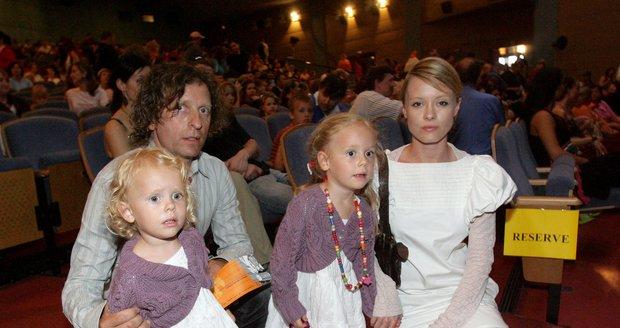 David Prachař s Lindou Rybovou a jejich dvěma dcerami, které by určitě rád vzal na svatbu.
