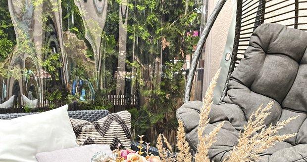 Letní kytice dodala venkovnímu posezení,  které si užívá i Mick, prázdninovou atmosféru.