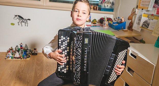 Zlatý oříšek: Viktor hrál na akordeon u Jaroslava Svěceného