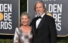 Je to přesně rok, co americký herec Jeff Bridges (71) veřejně a bez okolků přiznal, že má rakovinu. Při vyšetření lékaři »Big Lebowskému« našli zhoubný nádor mízních uzlin a lymfatické tkáně. Od té doby se snemocí statečně pere, přestože přišel při chemoterapii o svojí pověstnou kštici a vousy. Rakovina je sice na ústupu, ale vzáří si herec poležel pět týdnů vnemocnici. Na lůžko a dýchací přístroj ho připoutal covid-19.