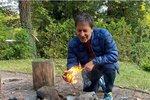 """Neumí jen zpívat a hrát na kytaru. Je to chlap do nepohody, který dokáže rozdělat oheň, když je chladno. Porotce pěvecké show SuperStar Paľo Habera (59) na dvorku svého domu vpražských Hodkovičkách pěkně poskládal dřevo a podpálil ho jako správný tramp. """"A podzimní opékačka může začít,"""" napsal kfotce na sociální síť Habera."""
