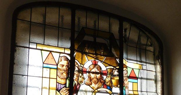 Poničené vitráže v kostele sv. Jakuba Staršího v Moravské Nové Vsi