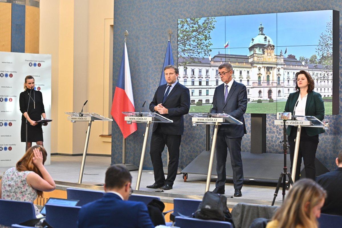Andrej Babiš s ministry Janem Kněžínkem a Janou Maláčovou po jednání vlády, vlevo mluvčí Jana Adamcová