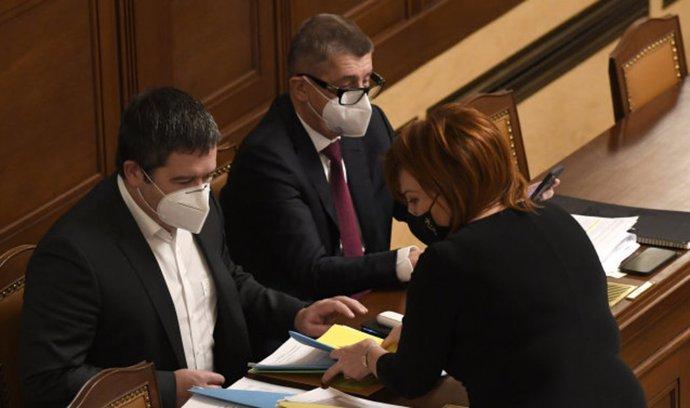 Místo uklidnění situace a odvrácení nejistoty se vládě vyhlášením dalšího nouzového stavu možná podařil opak. Na snímku ministr vnitra Jan Hamáček (vlevo), premiér Andrej Babiš a ministryně financí Alena Schillerová v Poslanecké sněmovně.