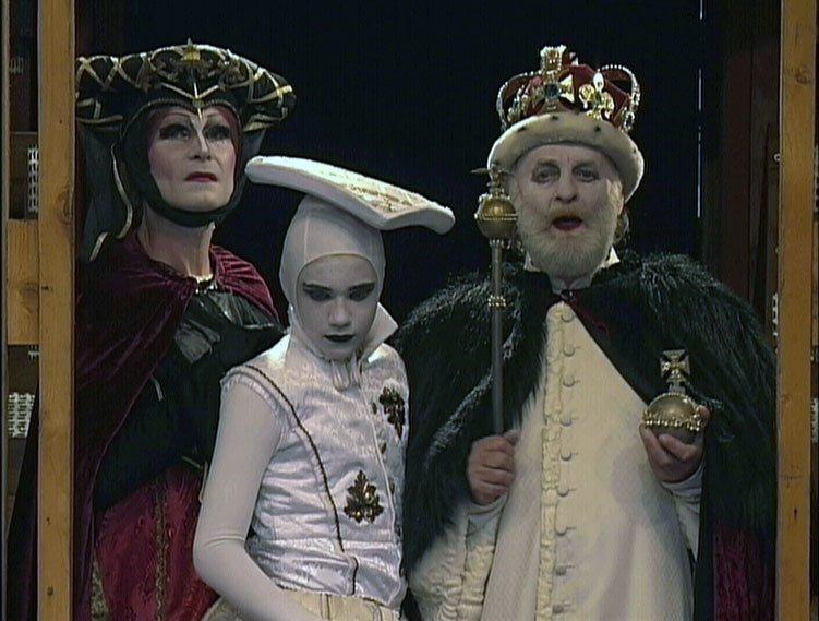 Vladimír Marek (†69) jako královna Alžběta v shakespearovském Richardu III. s Vojtou Kotkem a Jiřím Pechou.