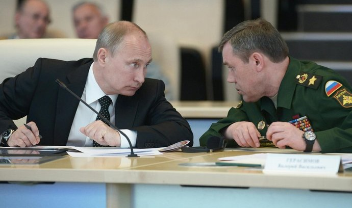 Vladimir Putin hovoří s náčelníkem generálního štábu ruské armády Valerijem Gerasimovem