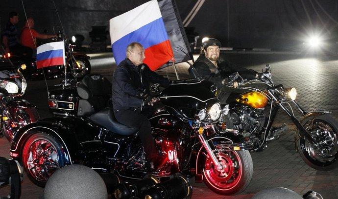 Vladimir Putin při jízdě Nočních vlků