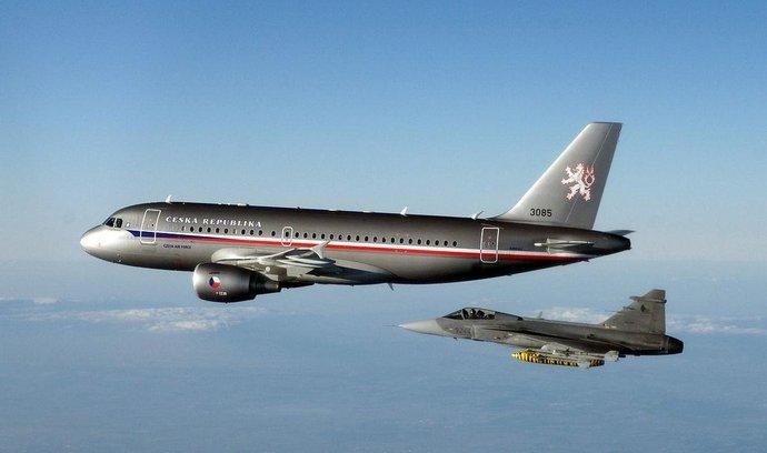 Vládní Airbus v doprovodu stíhačky Gripen