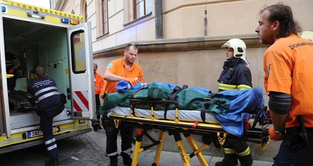 Muž spadl z Karlova mostu do Vltavy, je ve vážném stavu.