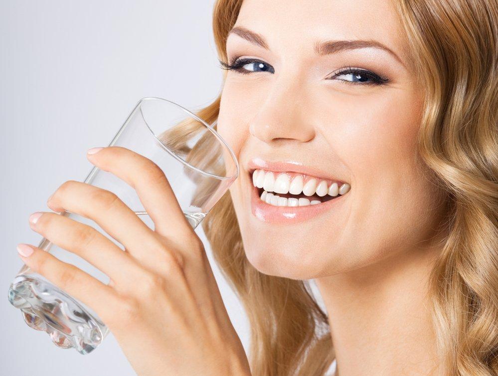 Pro správné fungování ledvin bychom měli vypít alespoň 20 ml vody na 1 kilogram.