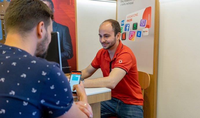 Vodafone současně najíždí na takzvaný hybridní model, kdy zaměstnanci pracují část týdne doma.