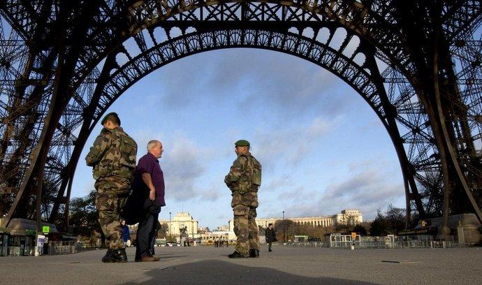 Vojáci hlídkují pod Eiffelovou věží