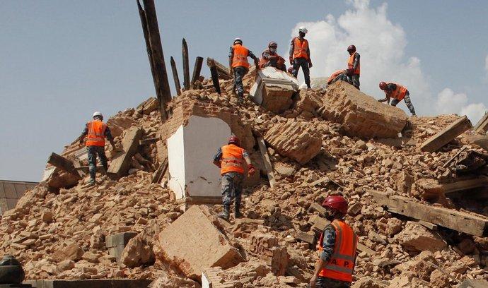Vojáci nepálské armády pomáhají s prohledáváním trosek budov