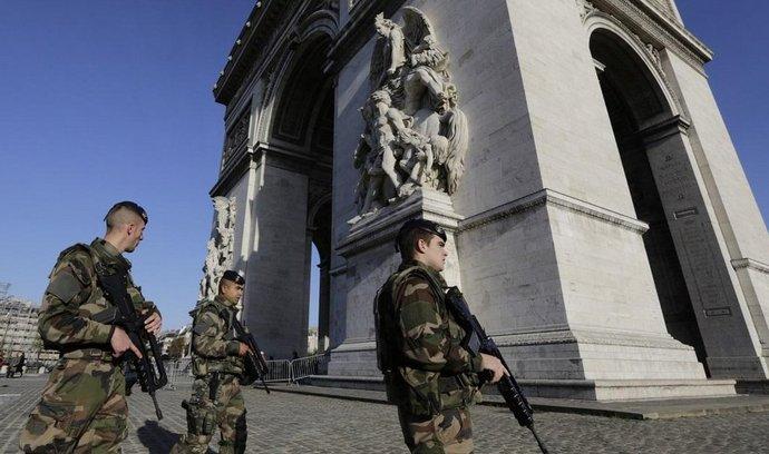 Vojáci po útocích hlídkují v Paříži