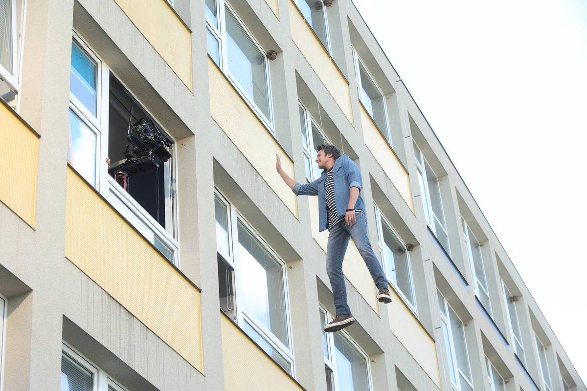 ...takže při skoku z okna stačil Vojta i vtipkovat. Měl na to prostor.