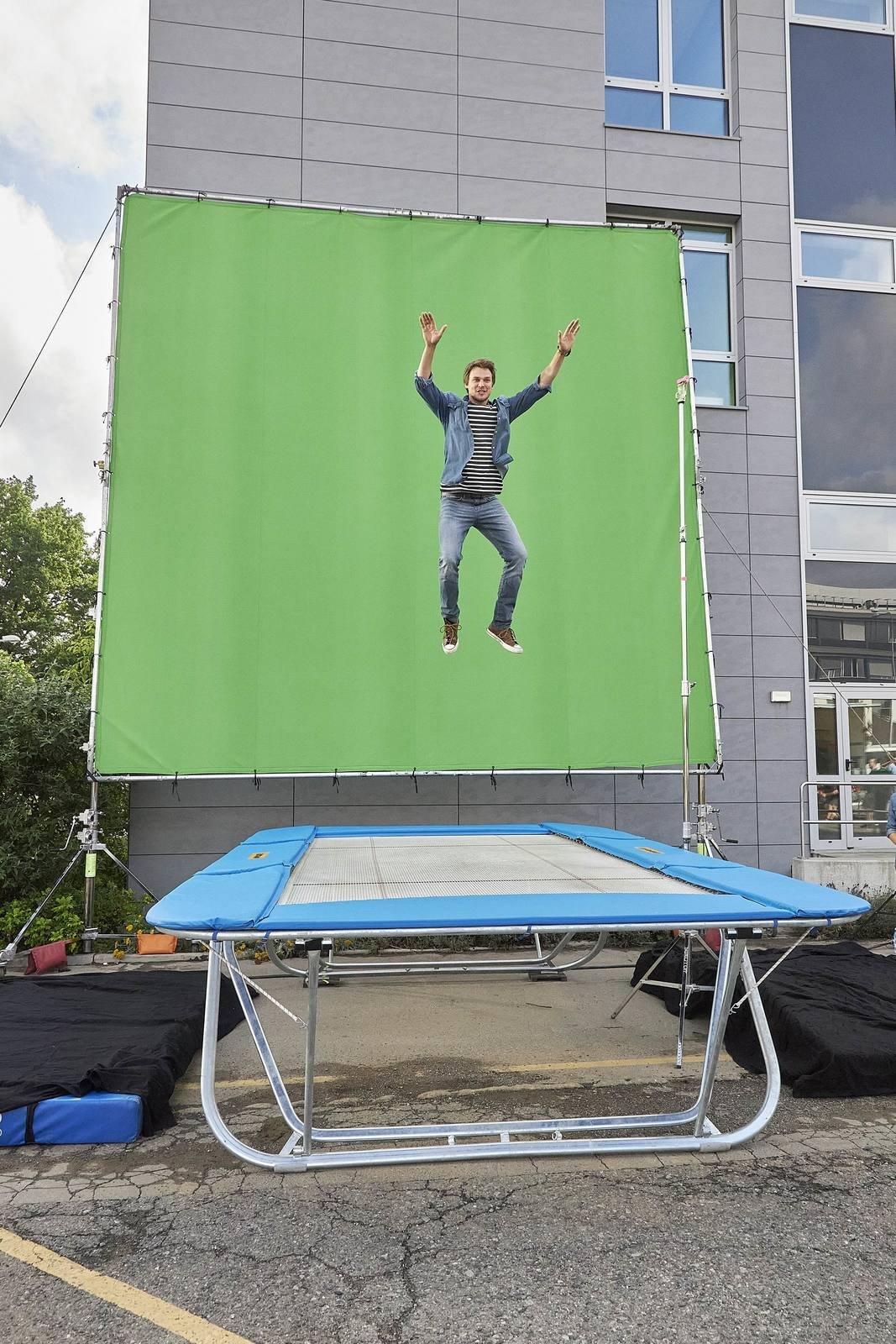 Během natáčení prvního dílu na trampolíně se využila i zelená stěna, na kterou se později naklíčuje pozadí...