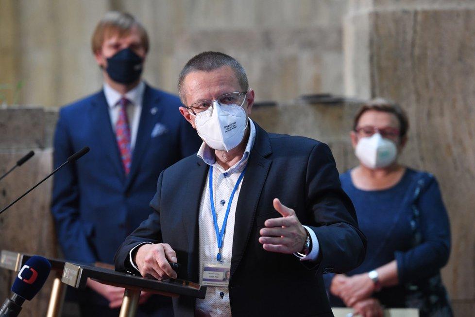 Ministr zdravotnictví Adam Vojtěch (vlevo), hlavní hygienička Pavla Svrčinová a ředitel Ústavu zdravotnických informací a statistiky Ladislav Dušek (uprostřed) vystoupili na tiskové konferenci (15. 10. 2021)