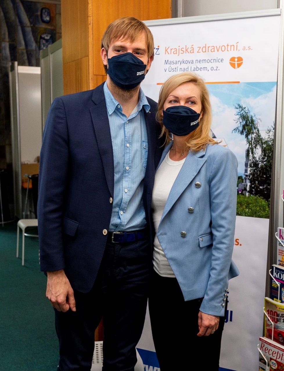 Ministr zdravotnictví Adam Vojtěch (za ANO) se i s manželkou Olgou nechal naočkovat v Ústí nad Labem (13. 6. 2021).