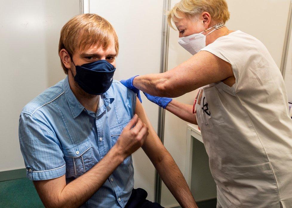 Ministr zdravotnictví Adam Vojtěch (za ANO) se nechal naočkovat v Ústí nad Labem (13. 6. 2021).