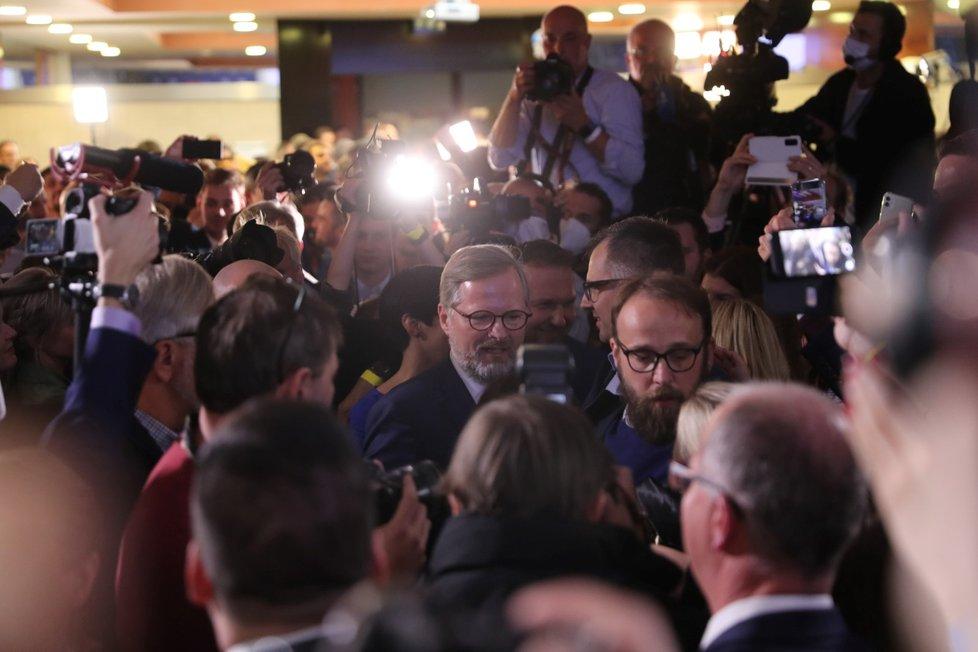 Leader koalice Spolu Petr Fiala v obležení: Koalice porazila ANO Andreje Babiše (9. 10. 2021)