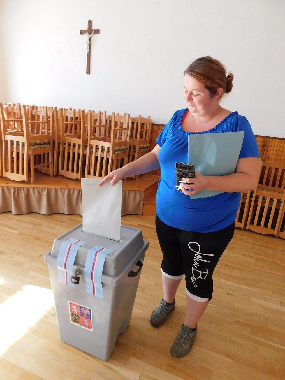 Vůbec první po otevření volební místnosti přistoupila k volební urně Iveta Tomanová.