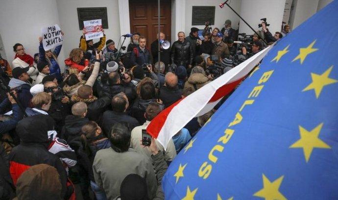 Volby v Bělorusku provázejí protesty opozice