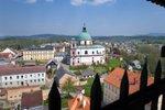 Leží na samém severu Čech, žije zde přes 440 tisíc obyvatel, a co do rozlohy je hned po Praze naším druhým nejmenším krajem. To mu ovšem na kráse nikterak neubírá. Na Liberecku kvýletům vábí Lužické i Jizerské hory, Krkonoše, skalní bludiště vČeském ráji i hrady a zámky stajemnou historií. Pokud vté spleti krásných míst potřebujete průvodce, hlásíme se o slovo! Tak batůžky na záda, vyrážíme…