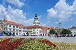 Leží na východě Moravy, žije vněm kolem 580 tisíc obyvatel, známý je zejména díky průmyslu, ale také úžasné přírodě, zníž část zvaná Bílé Karpaty patří dokonce mezi biosférické rezervace UNESCO. Ve Zlínském kraji se ale můžete vydat i do historie, poznávat architektonické skvosty nebo ochutnat ty nejlepší valašské frgály. Co všechno tu stojí za to vidět?