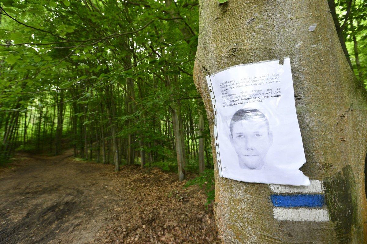 Všude ve Vonoklasech i okolí visí podobizna násilníka, který se pokusil o znásilnění jiné dívky v dubnu. Policie si myslí, že v pátek útočil také on.