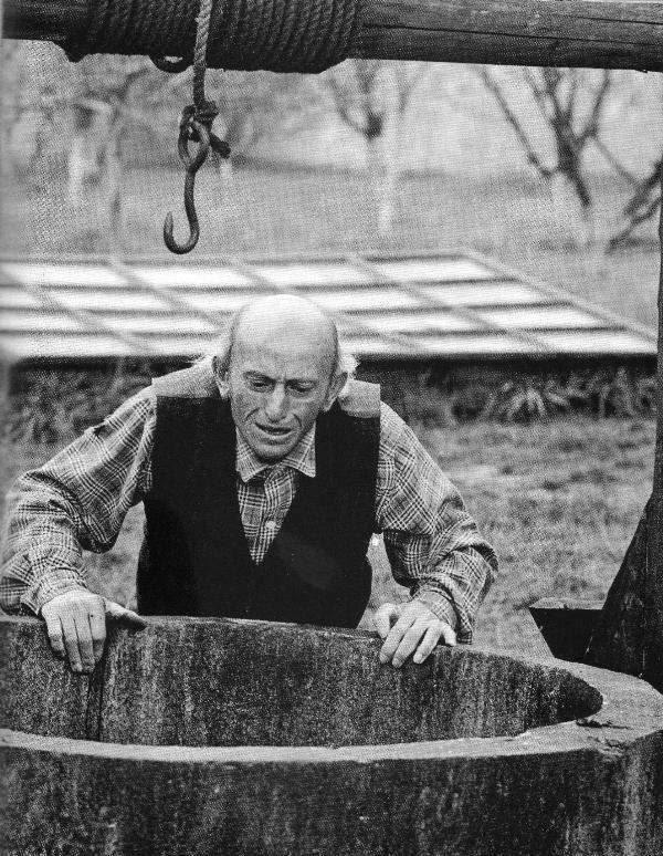 Co se tam 13. února 1968 stalo? Stanislav Jelínek (†57) zavraždil manželku Marii (†53) a částečně ochrnutého syna, rovněž Stanislava (tehdy mu bylo třicet), chtěl před svojí sebevraždou utopit ve studni. Pokácel stromy, zapálil dům. Syn se ovšem ze studny vyškrábal a doplazil do nedalekých Černošic k tetě. Po pobytu v Bohnicích se vrátil ke kariéře jaderného fyzika a zemřel v 73 letech roku 2002.