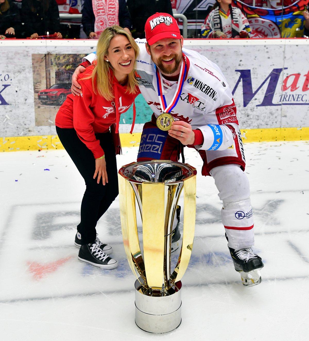 Jeden z nejlepších extraligových hokejistů Petr Vrána tragicky přišel o manželku Lindsey.