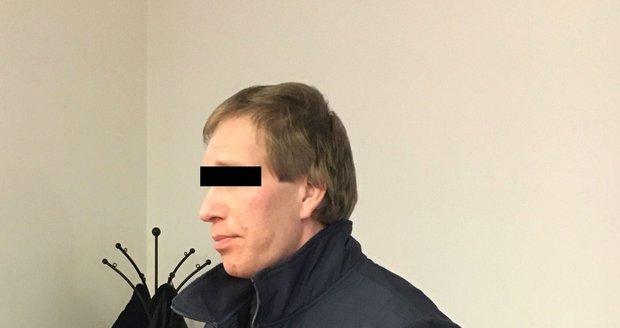 Ondřej R. (36), obžalovaný z vraždy svého otce, u Krajského soudu v Plzni