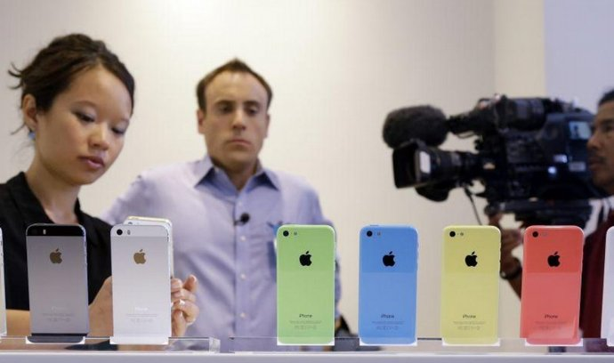 Všechny barevné varianty telefonů iPhone 5S a iPhone 5C