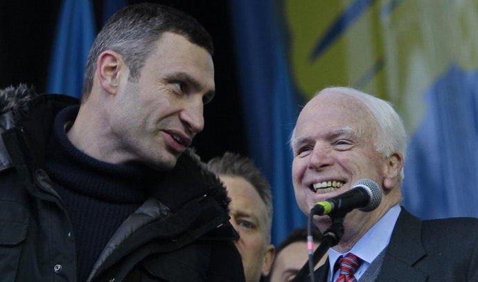 Vůdce ukrajinské strany Udar Vitalij Kličko (vlevo) s americkým senátorem Johnem McCainem