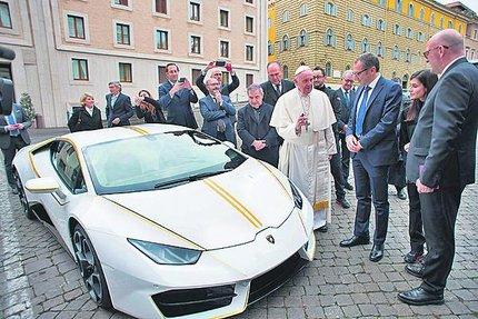 Vůz podepsal papež.