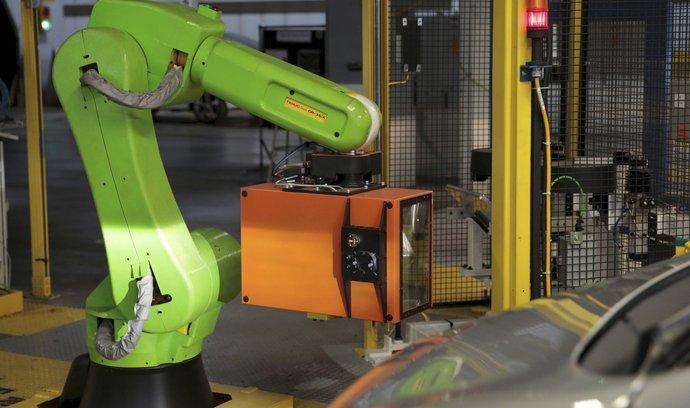 Robot, který do elektromobilů přidává světlomety