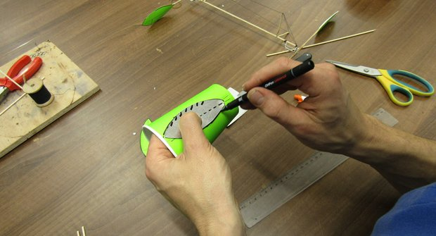 Návod na domácí hračku: Sestavte si vrtulník na gumičku