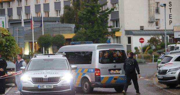 Pražští policisté v pondělí odpoledne zastavili ve Vysočanech řidiče podezřelého z krádeže motorového vozidla. Na kriminalisty začal autem najíždět a nezbylo jim nic jiného, než mu prostřelit pneumatiky. (11. října 2021)