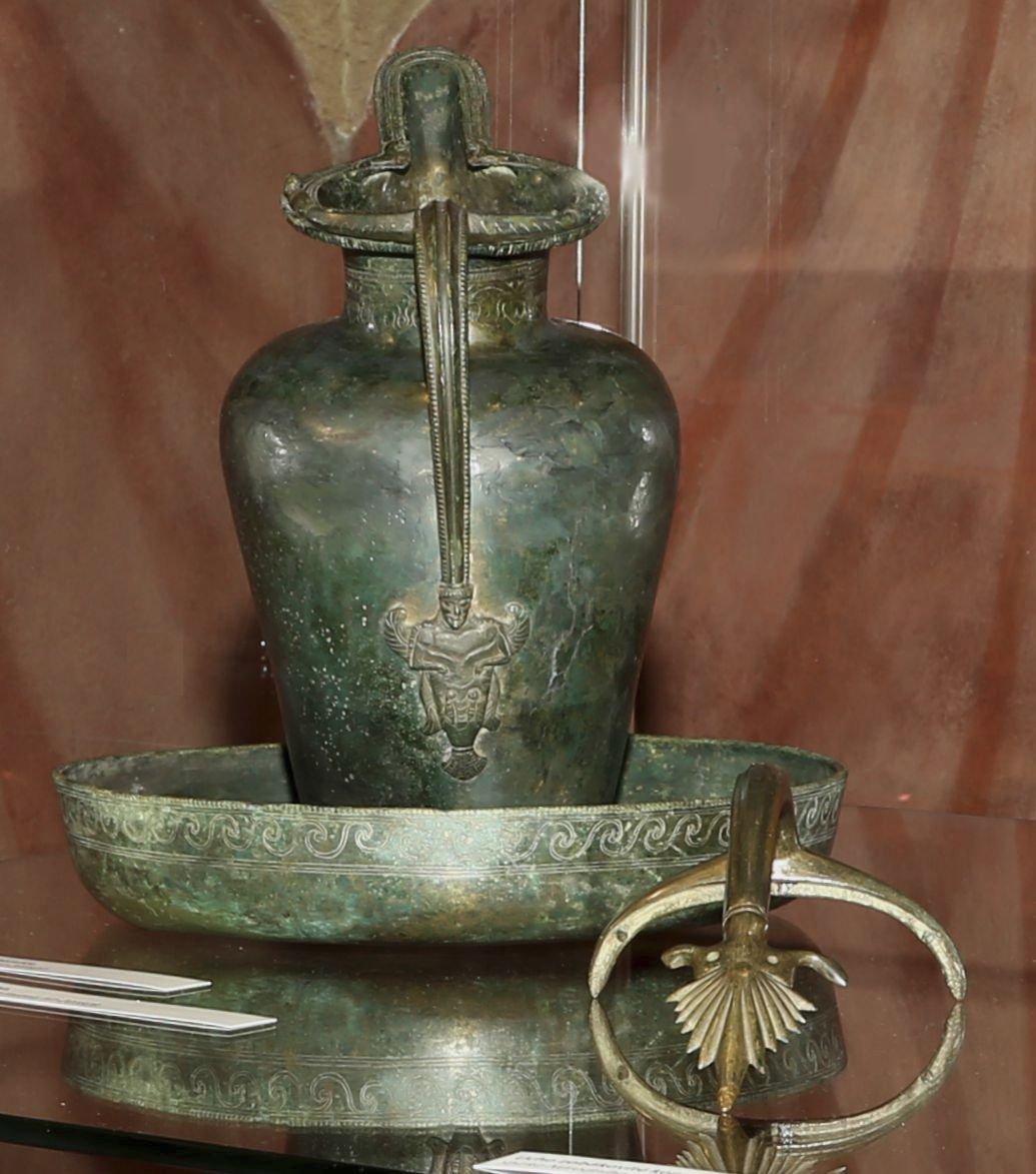 Etruská konvice, je z 5. století před naším letopočtem.