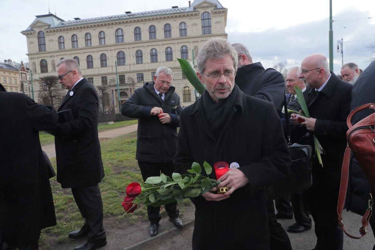 Předseda Senátorského klubu ODS Miloš Vystrčil před pražským Rudolfinem, kde dojde k poslednímu rozloučení se zesnulým šéfem Senátu Jaroslavem Kuberou (3. 2. 2020)