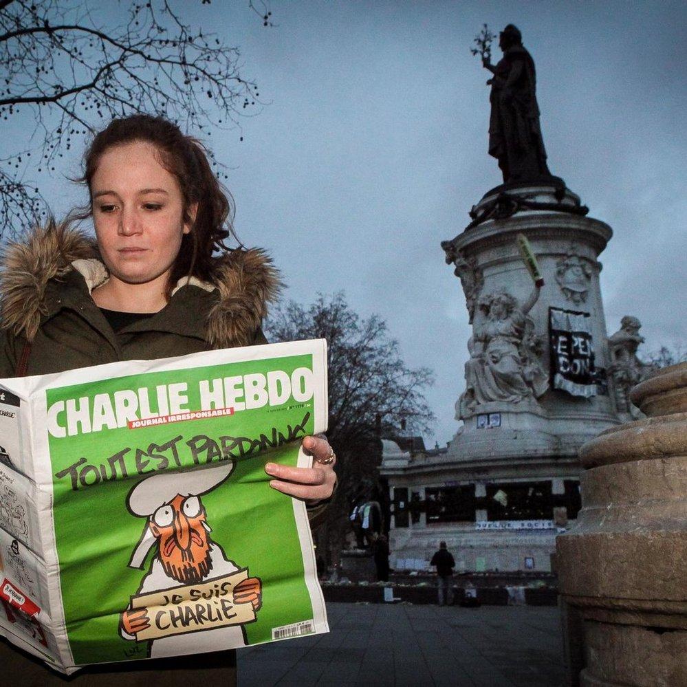 Výtisk francouzského časopisu Charlie Hebdo z 14. ledna 2015, který měl na obálce obrázek plačícího proroka Mohameda