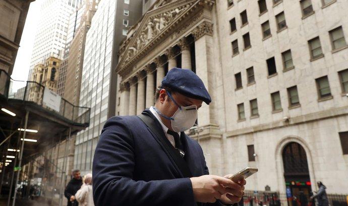 Muž na procházce po newyorské Wall Street