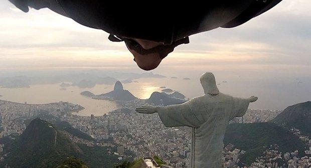 JEŽÍŠI! Blázen ve wingsuitu málem sestřelil JEŽÍŠE v Riu
