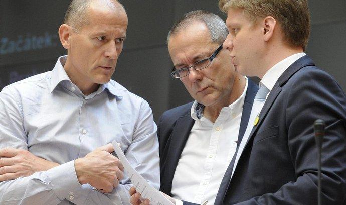 Z TOP 09 odešli bývalý guvernér ČNB Zdeněk Tůma (vlevo), primátor Tomáš Hudeček (vpravo) a předseda pražské TOP 09 Jiří Vávra (uprostřed). Kromě nich svůj odchod oznámila 15. října také pražská radní za TOP 09 Eva Vorlíčková.