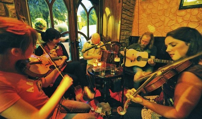 Zábava po irsku. Živá hudba patří k irským pubům stejně neodmyslitelně jako pivo Guinness a přátelská atmosféra.