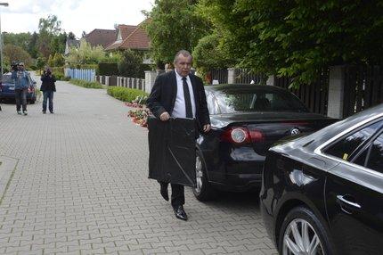 Zdeněk Zahradník, šéf bezpečnostní agentury, která má pohřeb Bartošové na starosti, odvezl z domu obraz.