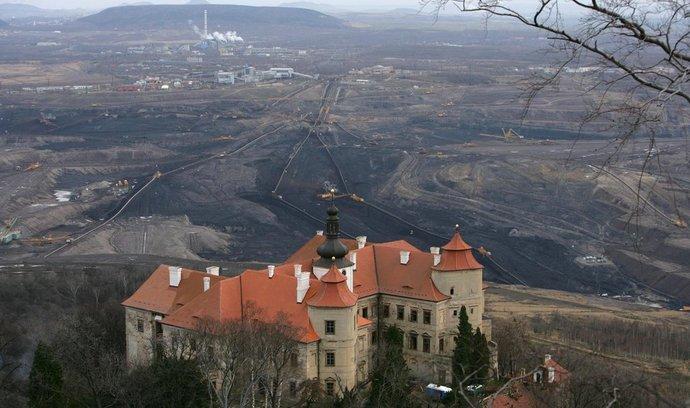 Zámek Jezerka, na pozadí důl ČSA