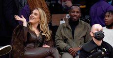 Zamilovaná Adele zazářila s přítelem na basketu: Vynesla kabát za 117 tisíc!