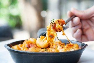 Makarony se sýrem a ze zbytků smažák: Připravte si delikatesu podle videonávodu